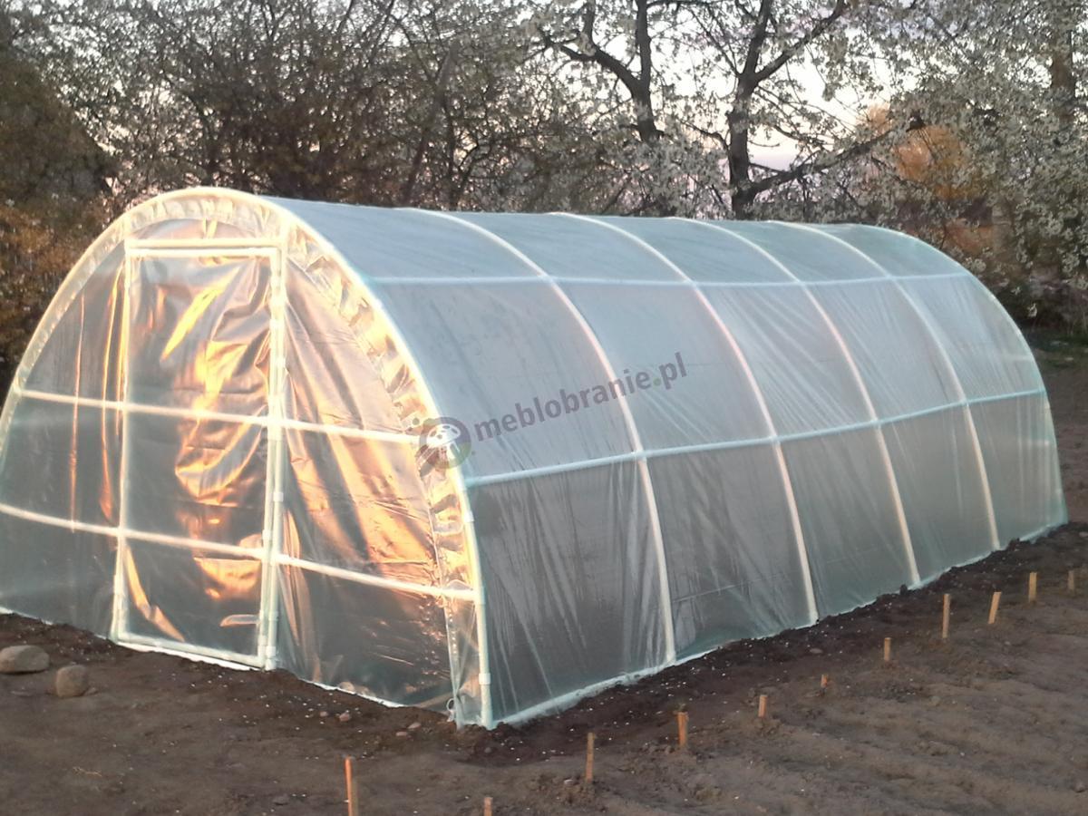 Ogrodniczy namiot foliowy o długości 6m w promieniach słońca