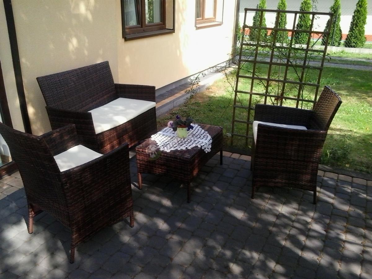 Ogrodowe meble Trimante w kolorach brąz i ecru elegancko ozdobione