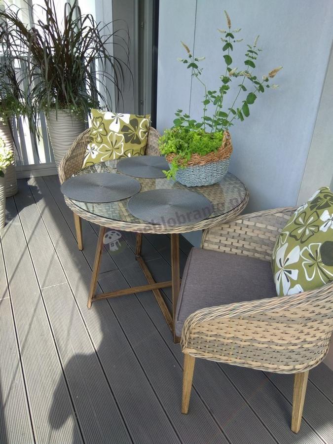 Ogrodowy taras z meblami technorattan dla 4 osób z okrągłym stołem