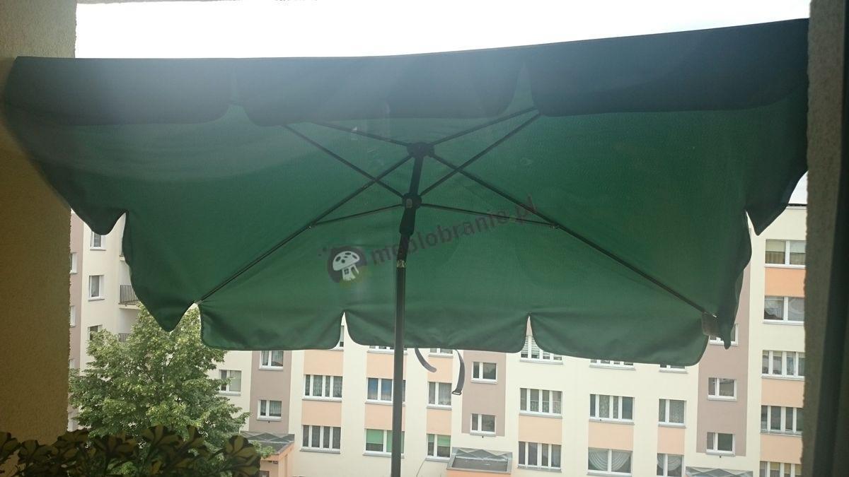 Parasol ogrodowy używany na balkonie w bloku