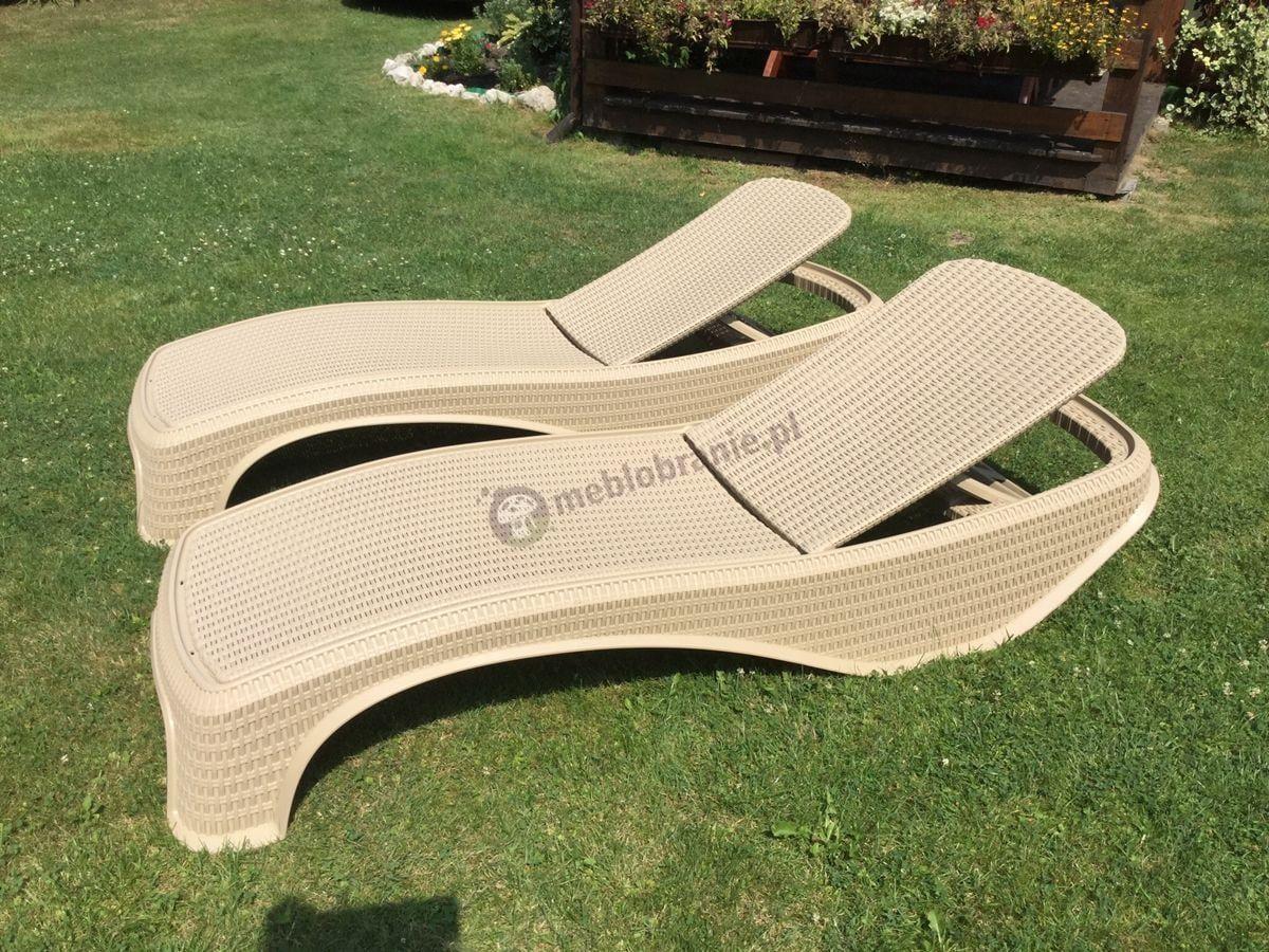 Piaskowy leżak basenowy Atlantic używany na trawniku