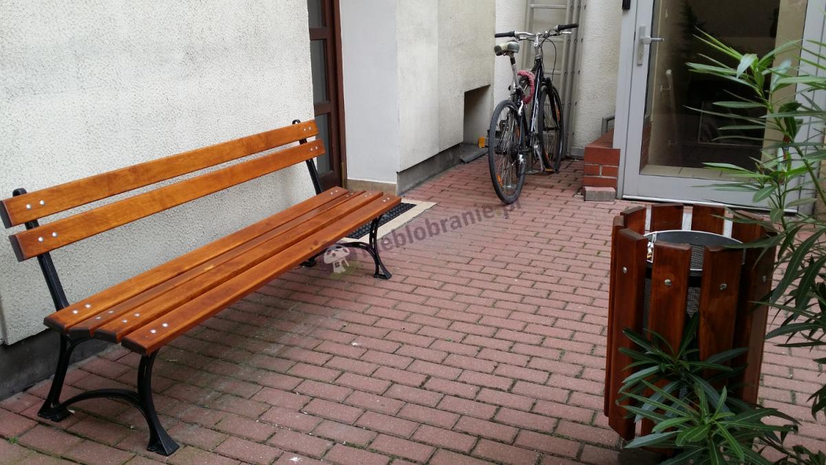 Piękna aranżacja, połączenie 180 cm ławki ogrodowej i kosza z metalowym wkładem i popielniczką przed domem klienta