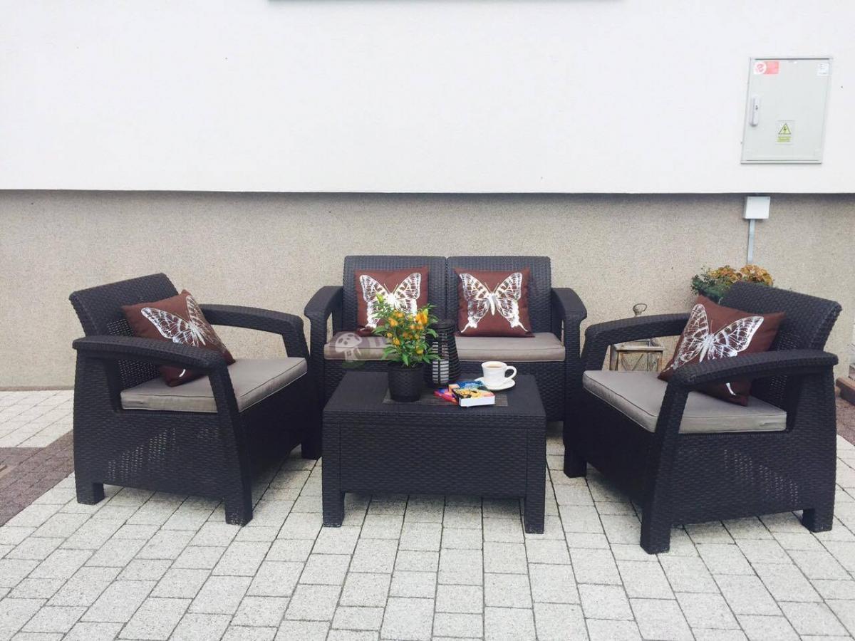 Piękne meble ogrodowe w brązowym kolorze Corfu Set firmy Curver