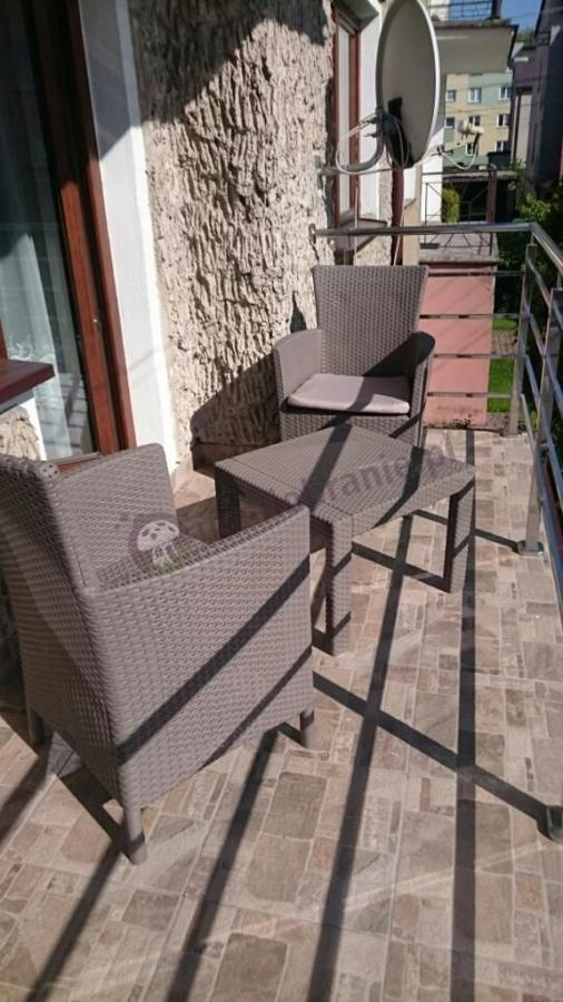 Piękny zestaw balkonowy w niskiej cenie i fotelami z wysokim oparciem