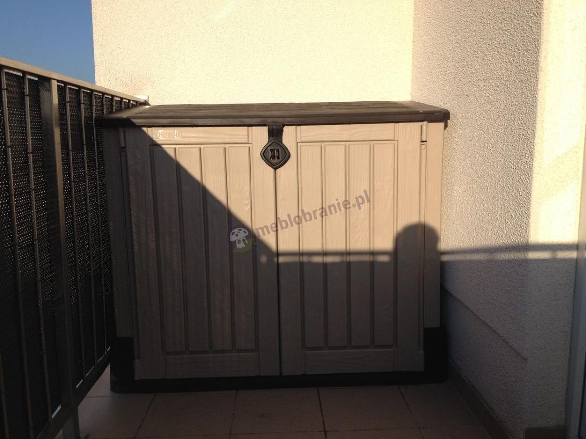 Plastikowa szafa na narzędzia ogrodowe używana na balkonie