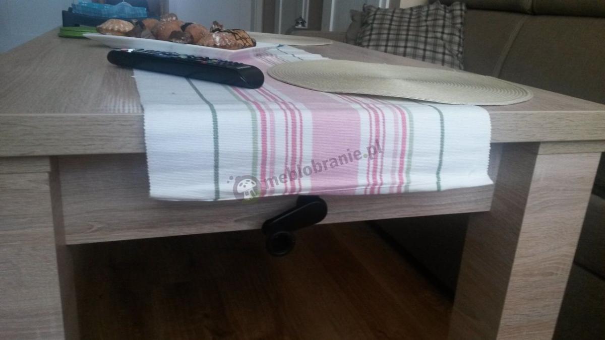 Podnoszony ławostół do salonu przykryty bieżnikiem w paski