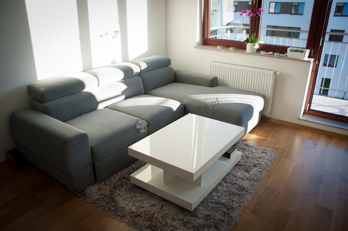 Biały stolik Nano dopasowany do szarej sofy