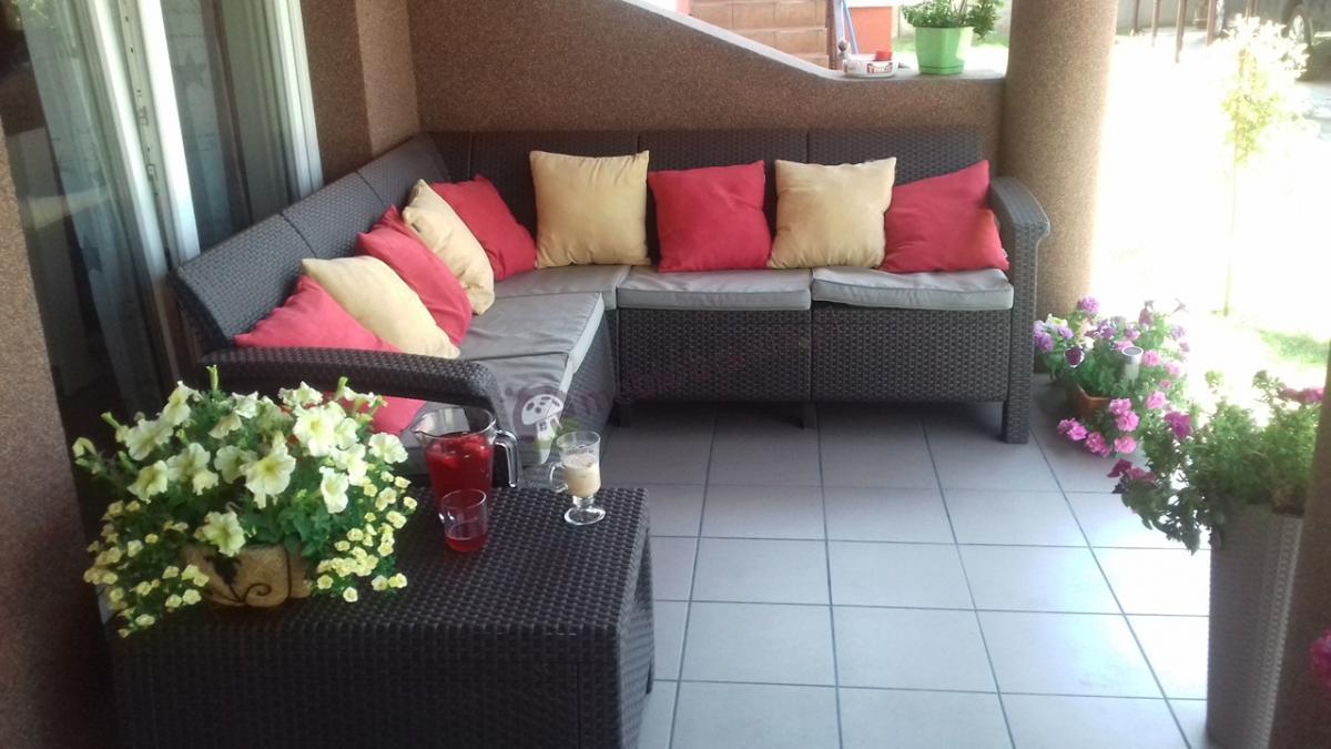 Poręczny narożnik ogrodowy na taras ze stolikiem kawowym Keter Relax