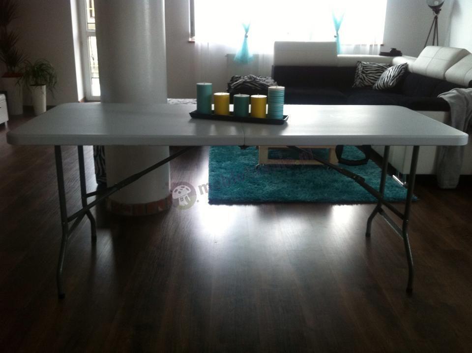 Praktyczny składany stół cateringowy w eleganckim salonie