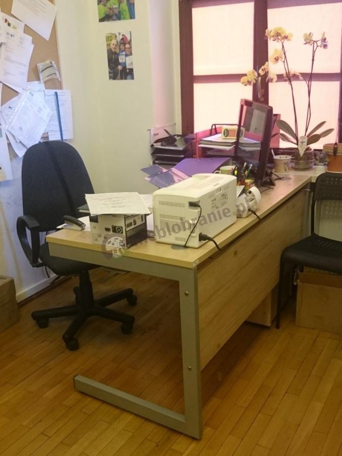 Proste i wytrzymałe biurko Mbr B-4 138 cm