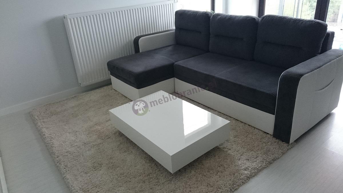 Przytulny salon w nowoczesnym stylu ze stolikiem w arktycznej bieli