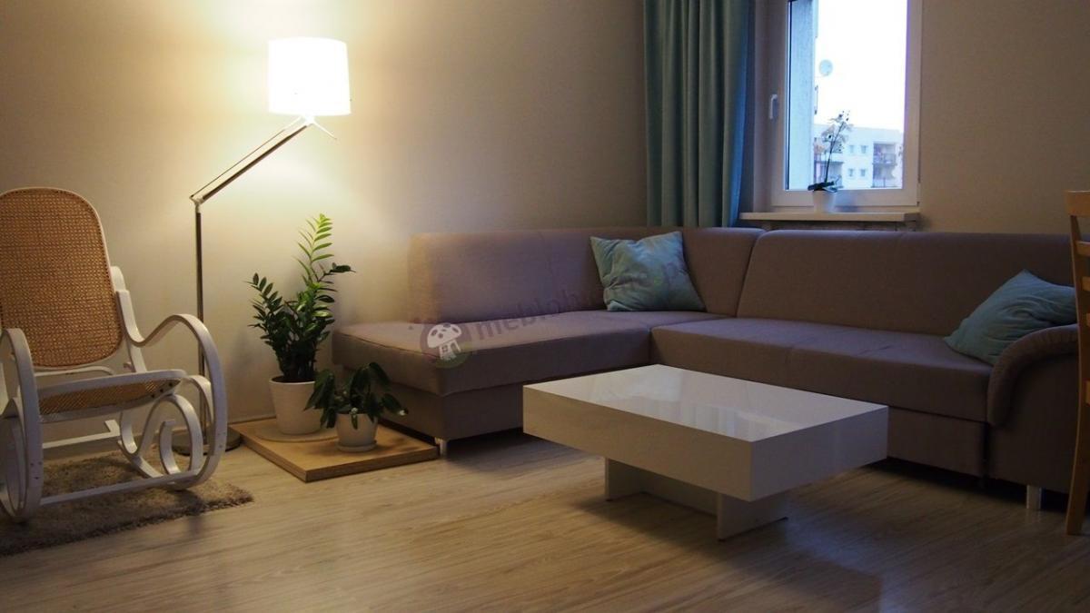 Przytulny salon z eleganckim białym stolikiem kawowym