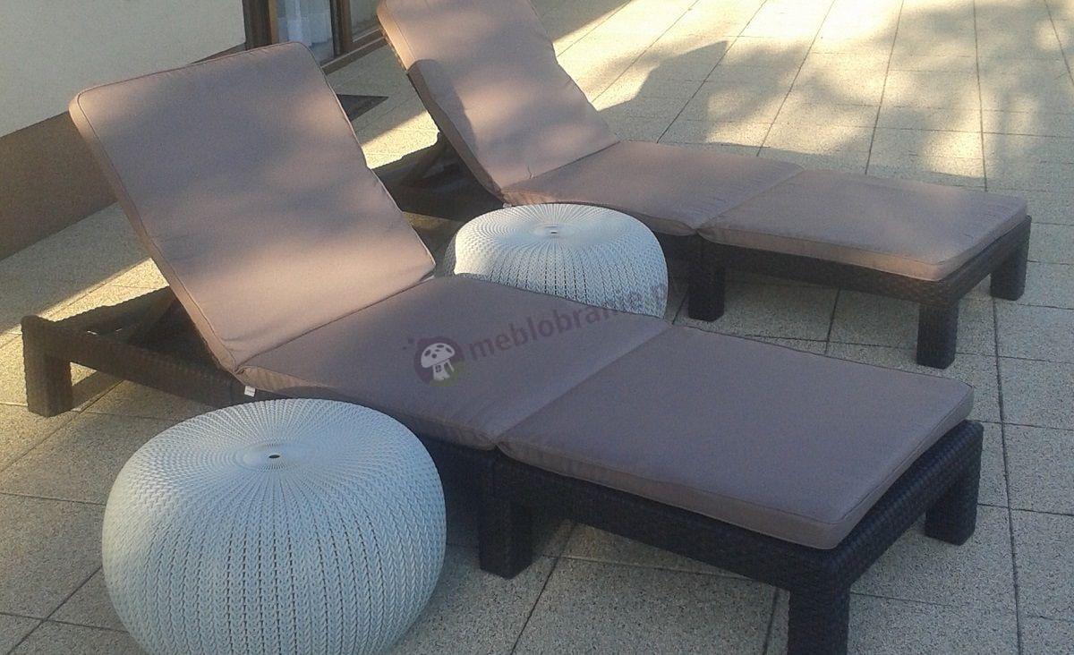 Pufy ogrodowe i leżaki używane na tarasie