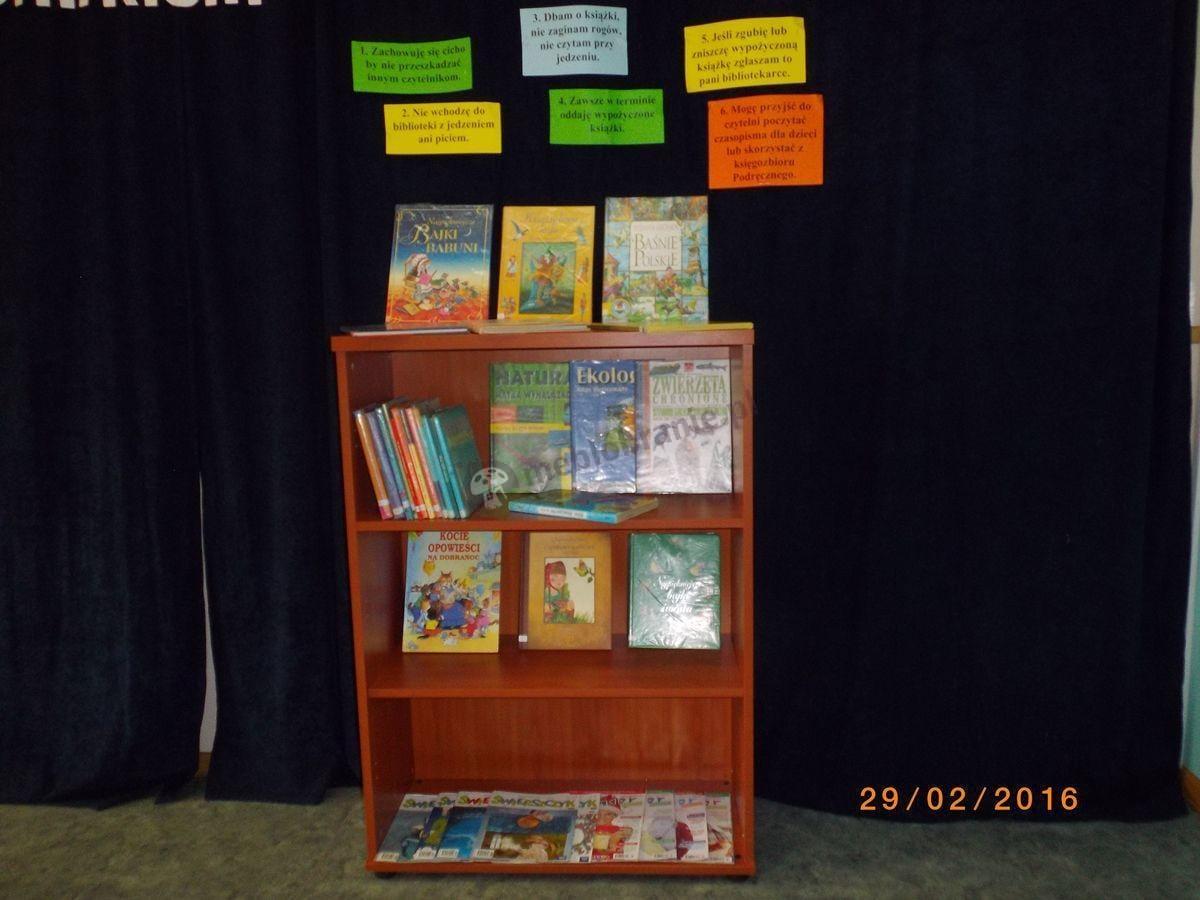 Regał biurowy Svenbox używany w szkolnej bibliotece