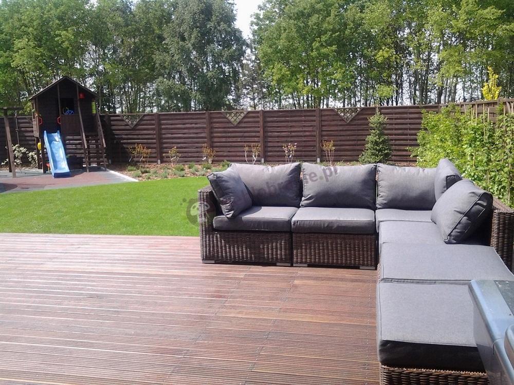 Rodzinne meble ogrodowe technoratan w przydomowym ogrodzie
