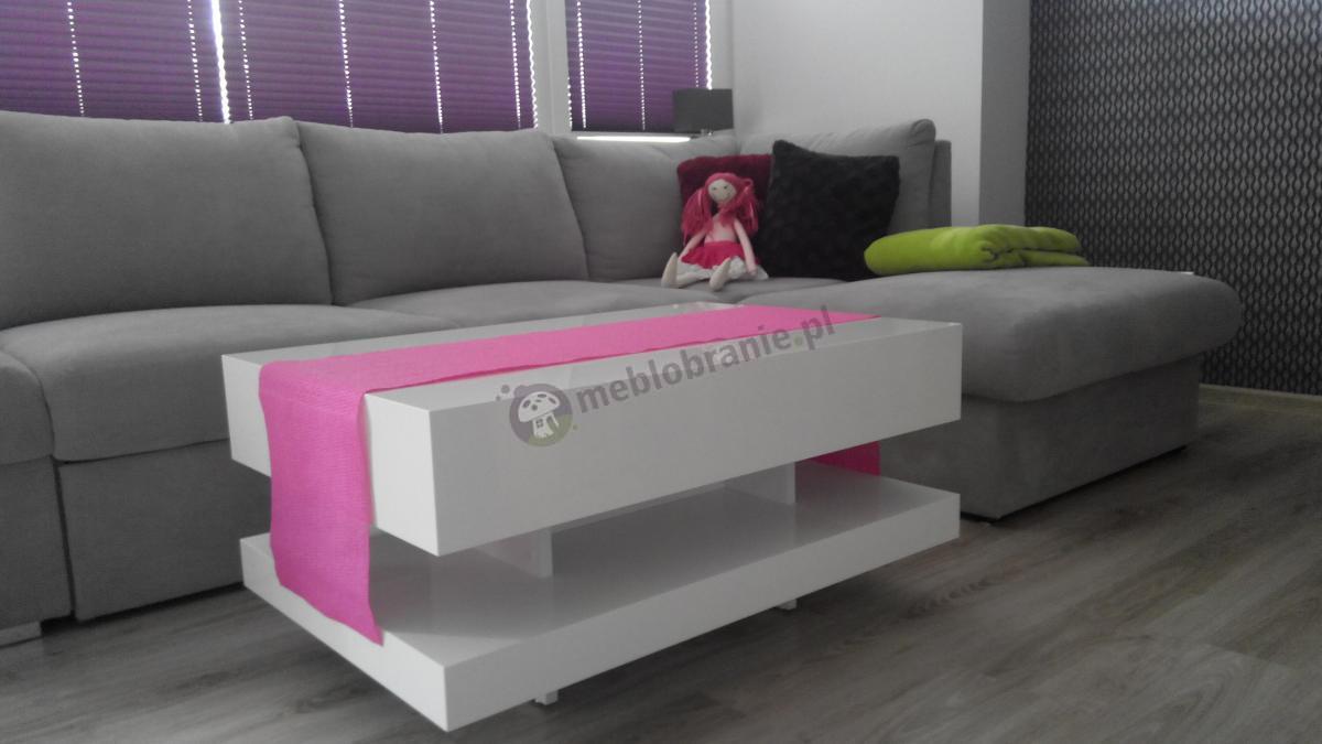 Różowa ozdoba na białej ławie kawowej Tora