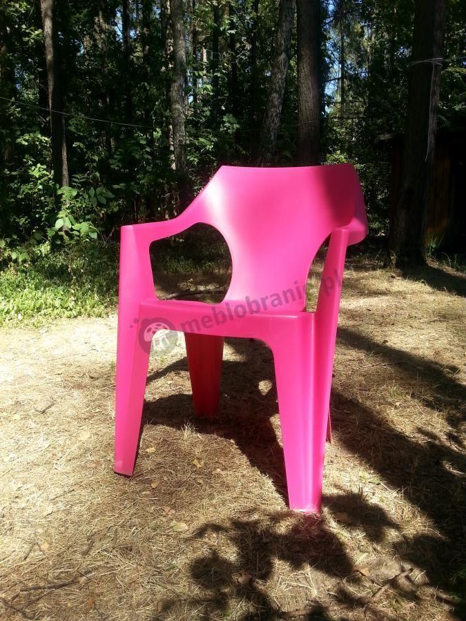 Różowe krzesło ogrodowe Dante w leśnej scenerii