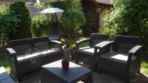 Allibert meble ogrodowe Corfu ustawione w pięknym ogrodzie
