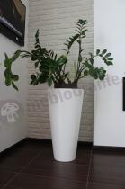 Biała donica tarasowa Della w nowoczesnej aranżacji