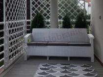 Biała sofa ogrodowa Corfu Love Seat Max na osłoniętym tarasie