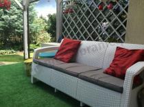 Biała sofa ogrodowa dla 3 osób z poduszkami na siedzisko Keter Love Seat