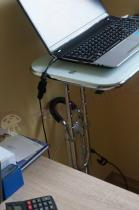 Białe biurko komputerowe na kółkach do pracy na stojąco