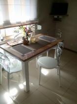Białe krzesła kuchenne z przezroczystymi oparciami