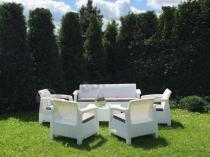 Białe meble ogrodowe z sofą trzyosobową i czterema fotelami Corfu