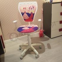 Biały fotele obrotowy z księżniczką w pokoju dla małej dziewczynki Ministyle