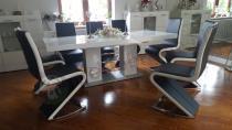 Biały stół połyskujący Linosa 2 z futurystycznymi krzesłami