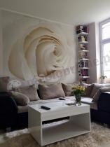 Biały stolik Kudo w eleganckim pokoju