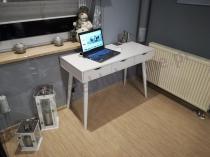 Biurko nowoczesne białe z szufladami ozdobione srebrnymi dodatkami