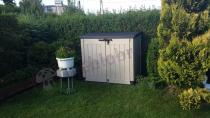 Brązowa szafa Store-it-Out w rozmiarze MAX w zadbanym ogrodzie
