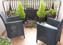 Brązowe doniczki Keter rattan-effect na eleganckim balkonie
