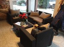 Brązowe meble ogrodowe Allibert California 2 Seater w zimowym ogrodzie