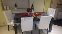 Brązowy stół wysoki połysk z krzesłami w obiciu MG-0