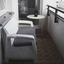 Corfu Allibert sofa ogrodowa na balkon biała z szarymi poduszkami