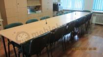 Czarno-zielone krzesła konferencyjne ISO przy dużym stole