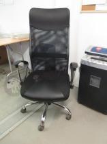 Czarny fotel biurowy Viper z wygodnym, siatkowym oparciem
