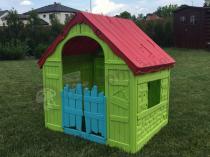 Domek dla dzieci składany Keter Foldable w dużym ogrodzie