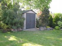 Domek do ogrodu Keter Oakland w uroczej aranżacji