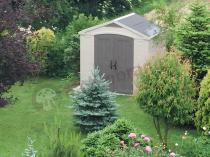 Domek narzędziowy Keter w bujnym ogrodzie