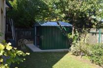 Domek ogrodowy blaszany Yardmaster ustawiony w ogrodzie
