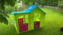 Domek ogrodowy dla dzieci w żywych kolorach