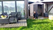 Domek ogrodowy ustawiony obok tarasu z meblami Corfu