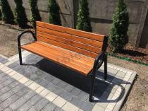 Drewniana ławka ogrodowa o nowoczesnym designie