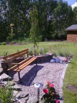 Drewniana ławka ogrodowa w eleganckim zakątku