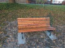 Drewniana ławka z oparciem klasyczna używana w parku