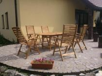 Drewniane krzesła używane na tarasie pięknie komponujące się z otoczeniem