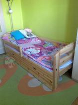 Drewniane łóżko dla dziecka z szufladą i barierką Kobi
